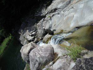 さきほど見えなかった鮎返しの滝を上から眺められる贅沢。